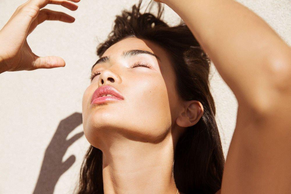 cô gái phơi nắng thiếu hụt vitamin D3