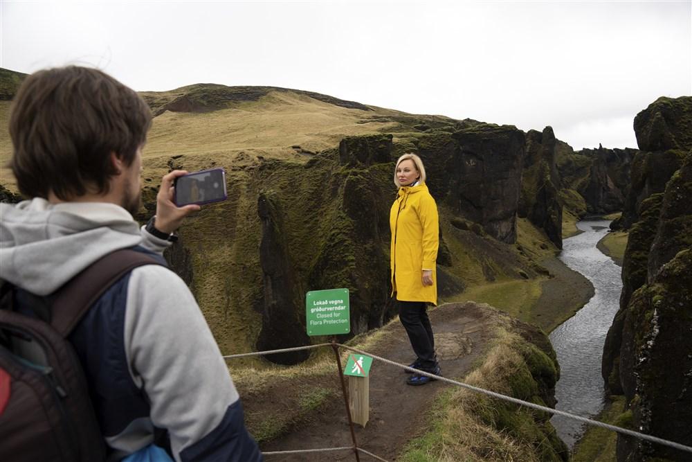 Du khách leo qua hàng rào để chụp ảnh hẻm núi tại Iceland