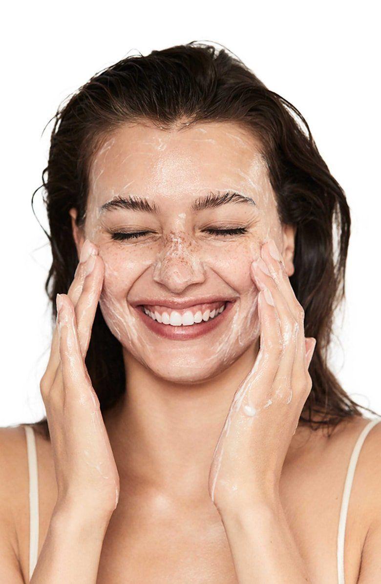 Hãy nhẹ nhàng và cẩn thận trong từng bước rửa mặt.