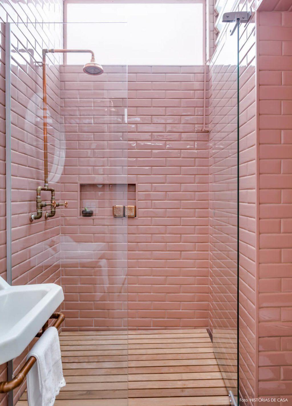 Độ ẩm tự nhiên như ceramides, axit béo và dầu có thể mất do rửa mặt dưới vòi hoa sen trong lúc tắm.