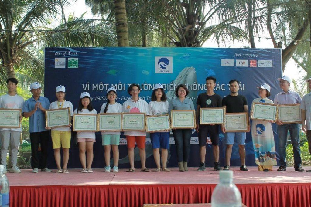 trao bằng khen vì một môi trường biển không rác thải 01