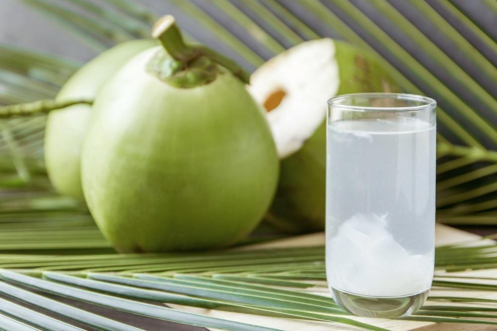 trái cây giải nhiệt - ly nước và trái dừa