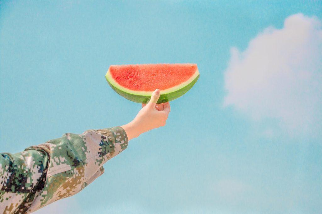 trái cây giải nhiệt - tay cầm miếng dưa hấu