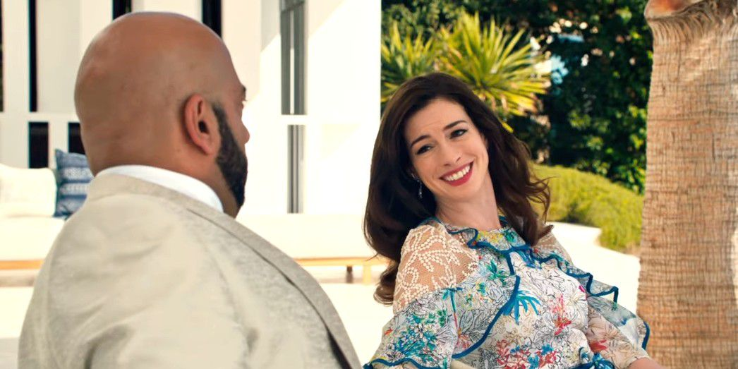 nữ diễn viên Anne Hathaway mặc đầm họa tiết hoa đa sắc và để tóc xõa trong Quý cô lừa đảo