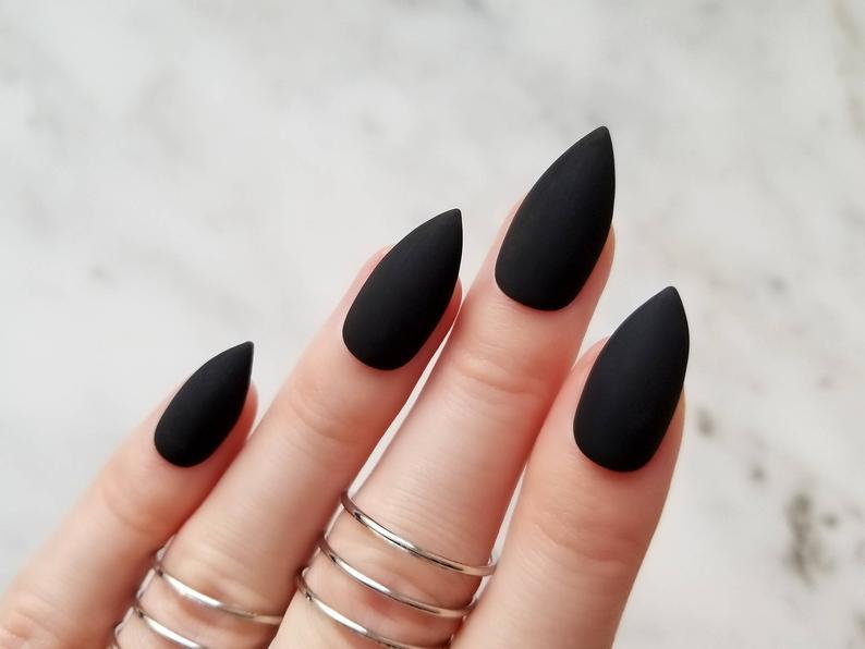 dáng móng tay nhọn đen