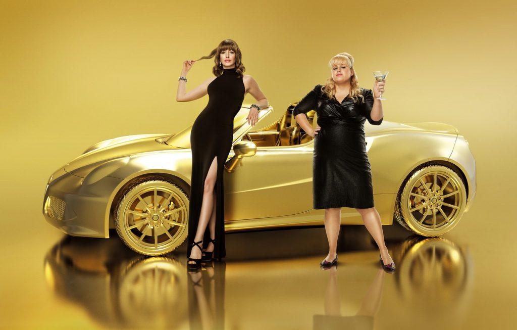 nữ diễn viên Anne Hathaway và Rachel Belson trong poster phim Quý cô lừa đảo