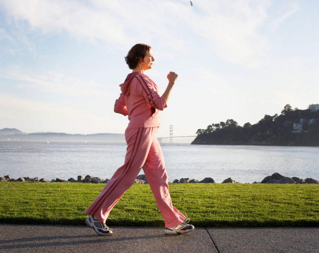 tập thể dục - người phụ nữ đi bộ