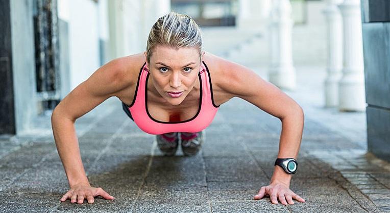 tập thể dục - người phụ nữ hít đất