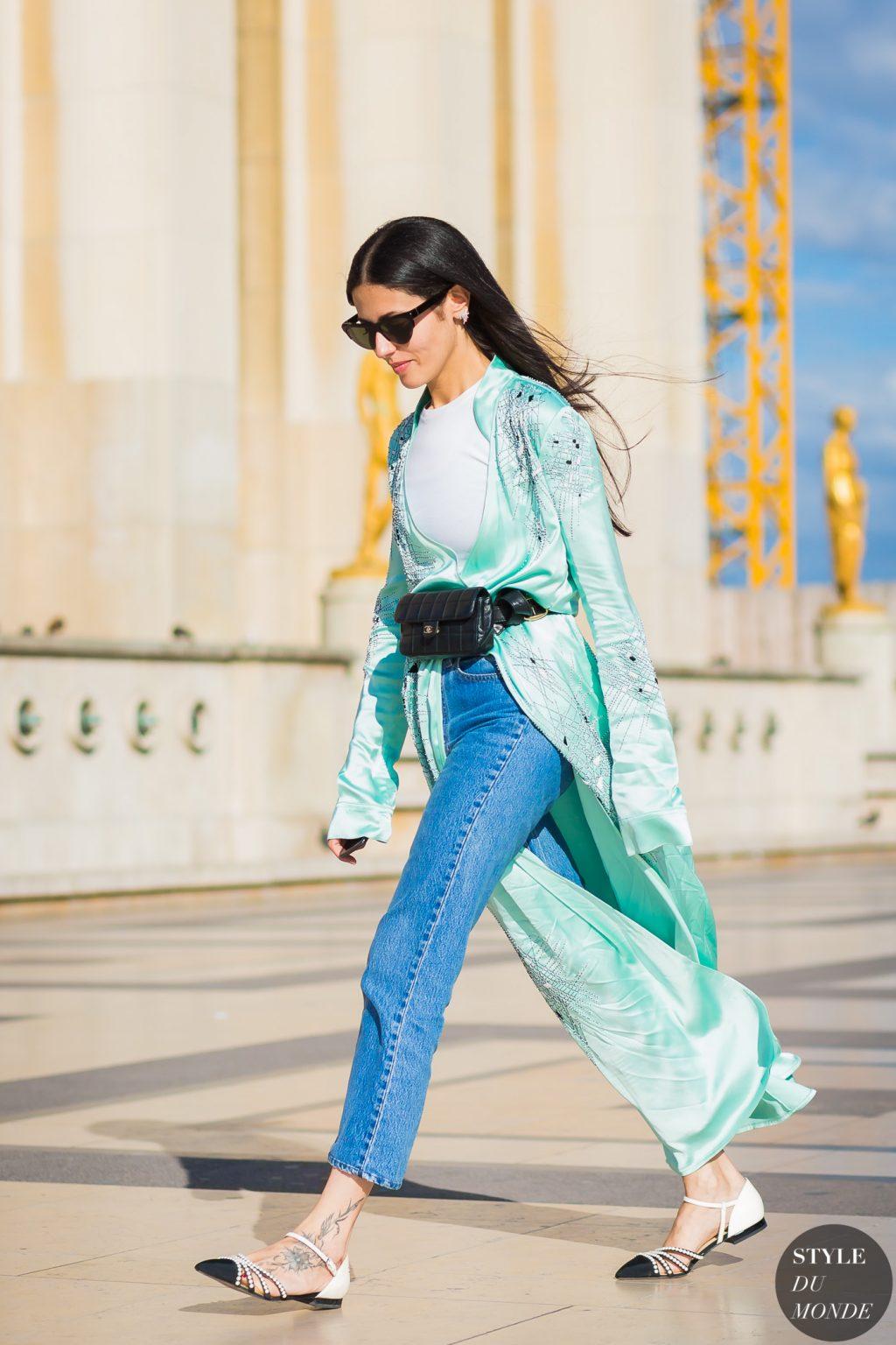 Gilda Ambrossio diện quần jeans, áo khoác kimono xanh ngọc cùng giày bệt và belt bag màu đen tại tuần lễ thời trang haute couture