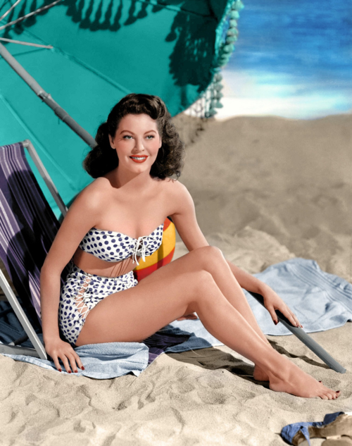cô gái diện bikni chấm bi màu xanh - trắng những năm 1940s