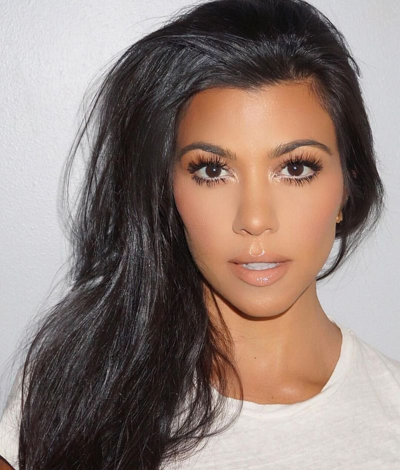 cô gái tóc đen trang điểm eyeliner màu trắng