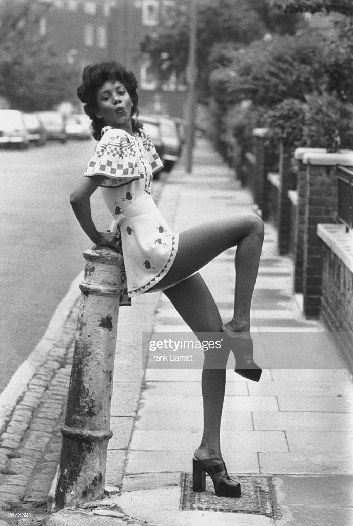 cô gái diện đầm mini và giày cao gót platform những năm 1970s