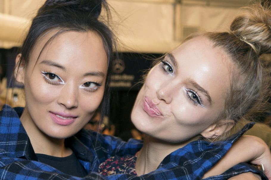 hai cô gái trang điểm eyeliner màu trắng
