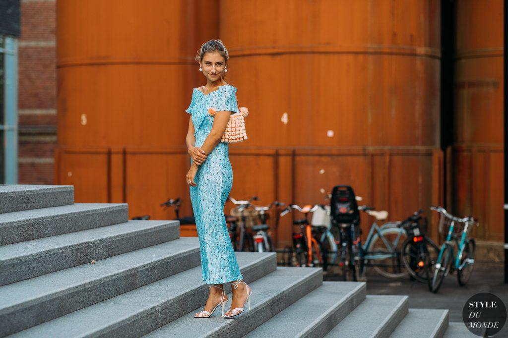Jennie Walton mặc đầm bodycon xanh dương cùng túi xách kết hạt và giày cao gót trắng