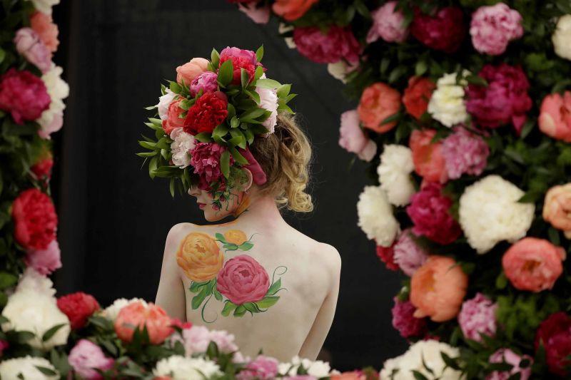 Người mẫu tạo dáng với thiết kế hoa mẫu đơn