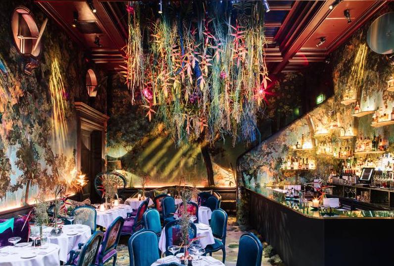 Nhà hàng sang trọng trang trí theo chủ đề lễ hội hoa Chelsea