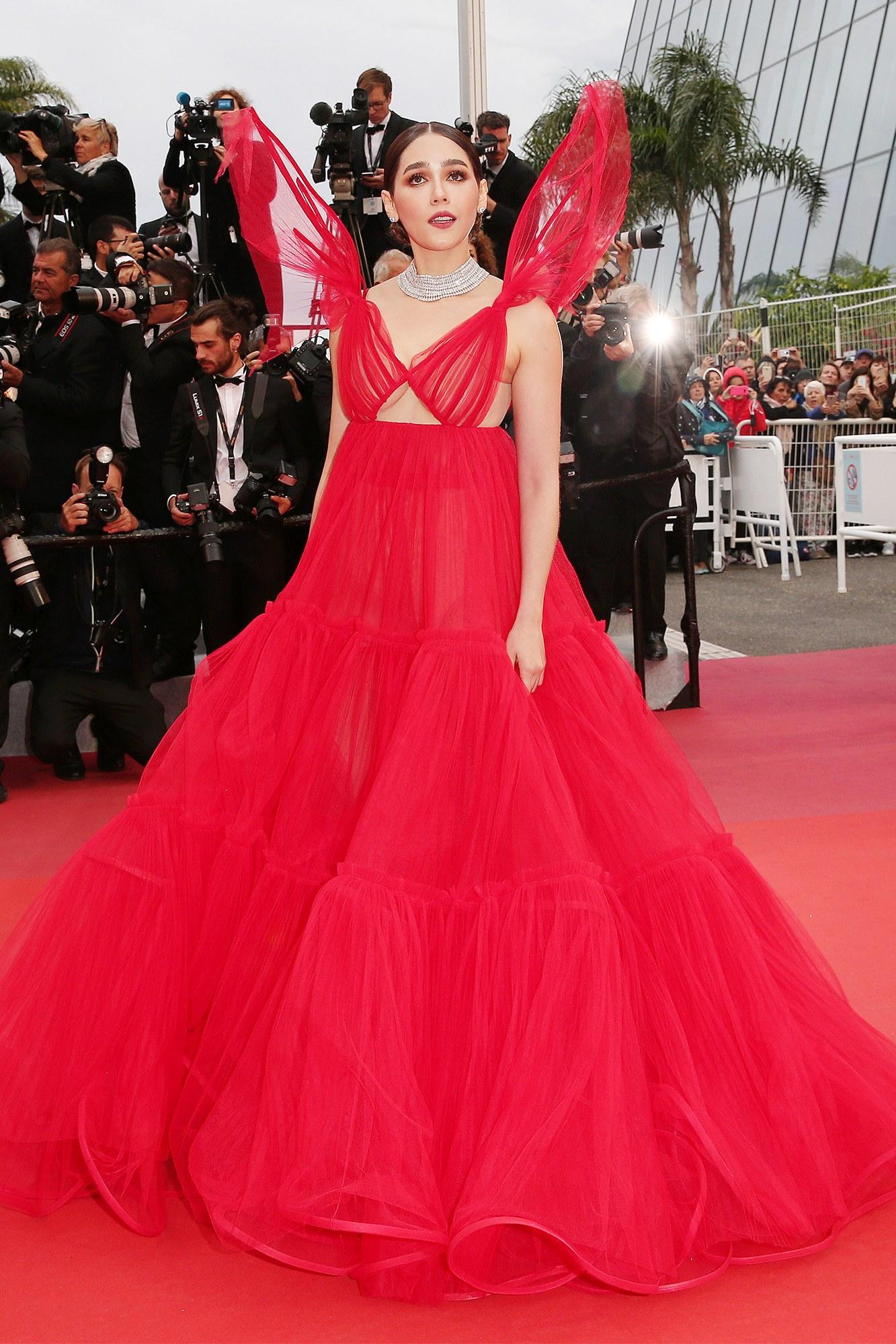 nữ diễn viên Thái Lan Chompoo Araya diện đầm dạ hội đỏ rực tại buổi công chiếu Pain and Glory thảm đỏ Cannes 2019
