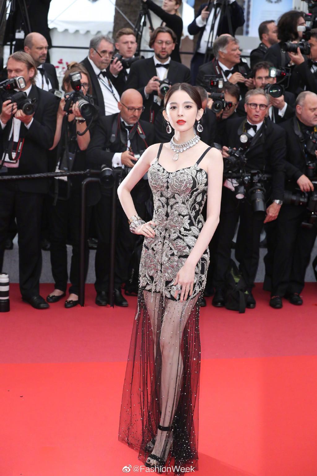 Cổ Lực Na Trát diện đầm đen xuyến thấu của thương hiệu Alexander McQueen và trang sức kim cương trên thảm đỏ lhp Cannes 2019
