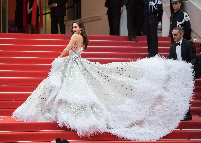 Jessica Jung diện đầm dạ hội trắng và son môi đỏ trên thảm đỏ Cannes 2019