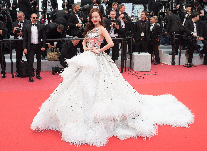 Jessica Jung diện đầm dạ hội trắng trên thảm đỏ liên hoan phim cannes 2019