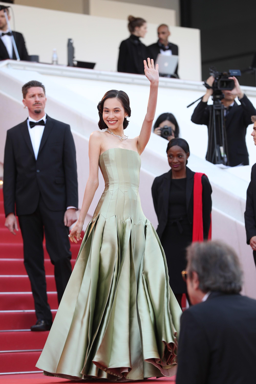 Kiko Mizuhara diện đầm dạ hội màu xanh nhạt của Dior trên thảm đỏ Cannes 2019 trong buổi công chiếu Les Miserables