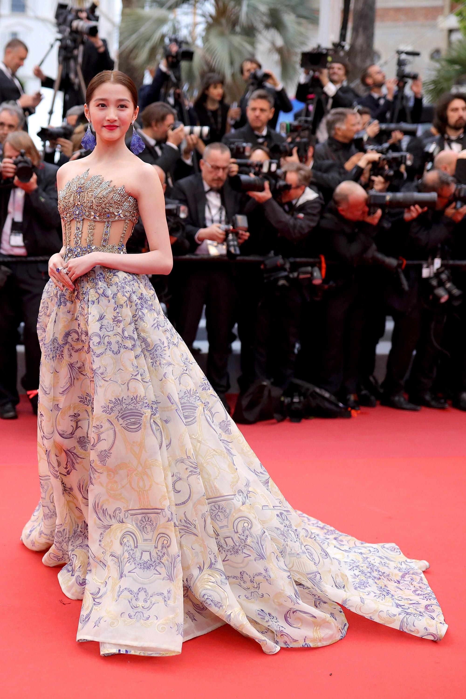 Quan Hiểu Đồng diện váy đính kết của Georges Hobeika và hoa tai Chopard tại sự kiện công chiếu Pain and Glory tại LHP Cannes 2019