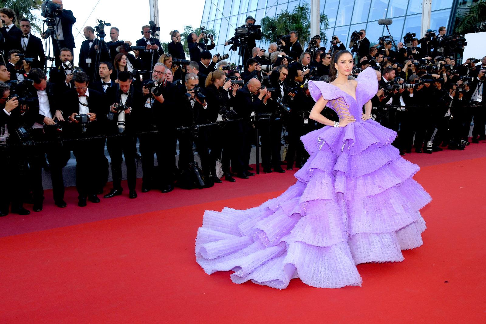 Sririta Jensen diện váy dạ hội tím xếp tầng của Michael Cinco trên thảm đỏ Cannes 2019 vào ngày công chiếu Rocketman