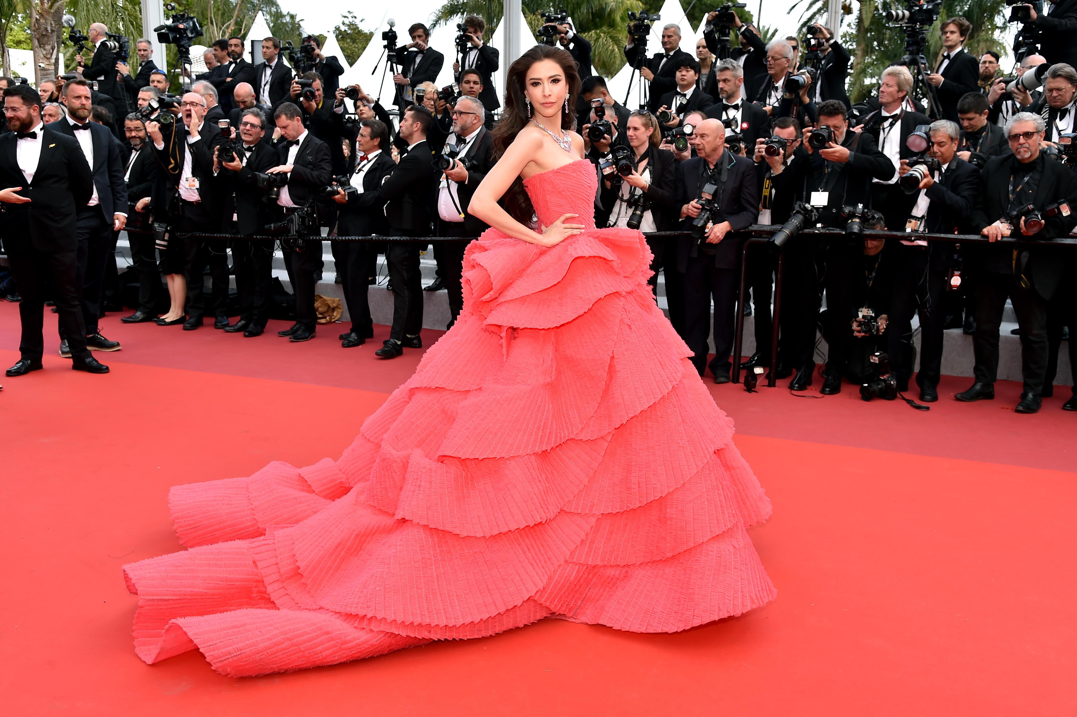 Sririta Jensen diện váy dạ hội hồng của Michael Cino trên thảm đỏ Cannes 2019 vào ngày công chiếu Les Miserables