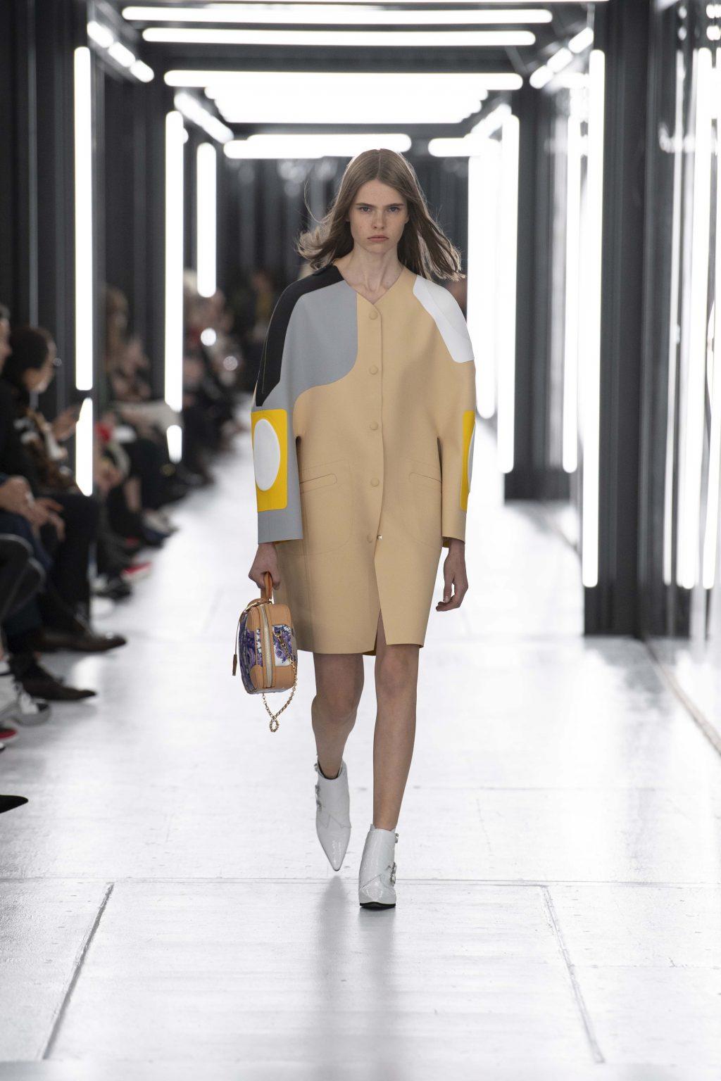 áo khoác màu be trên sàn diễn Louis Vuitton