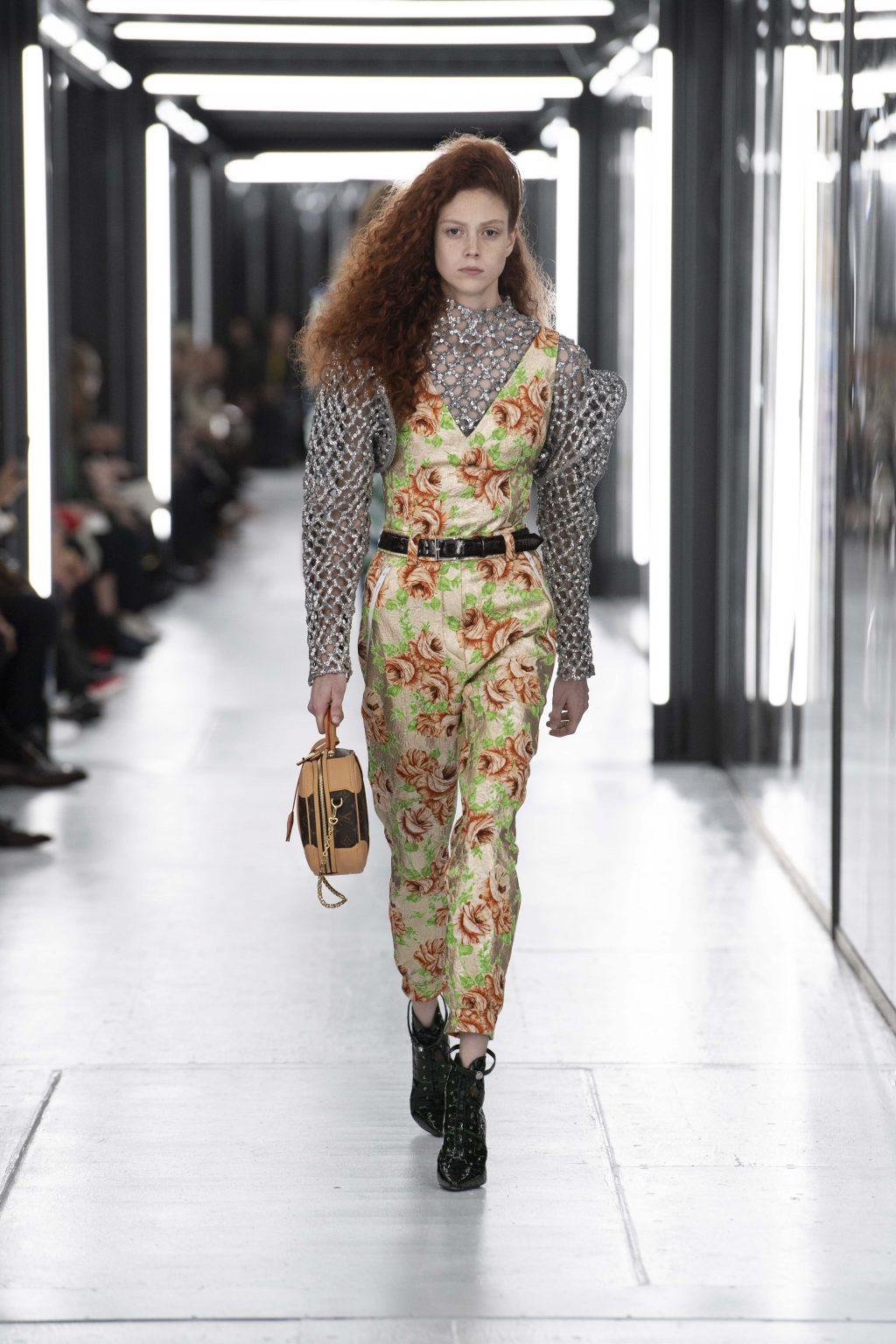 bộ jumpsuit hoa trên sàn diễn Louis Vuitton