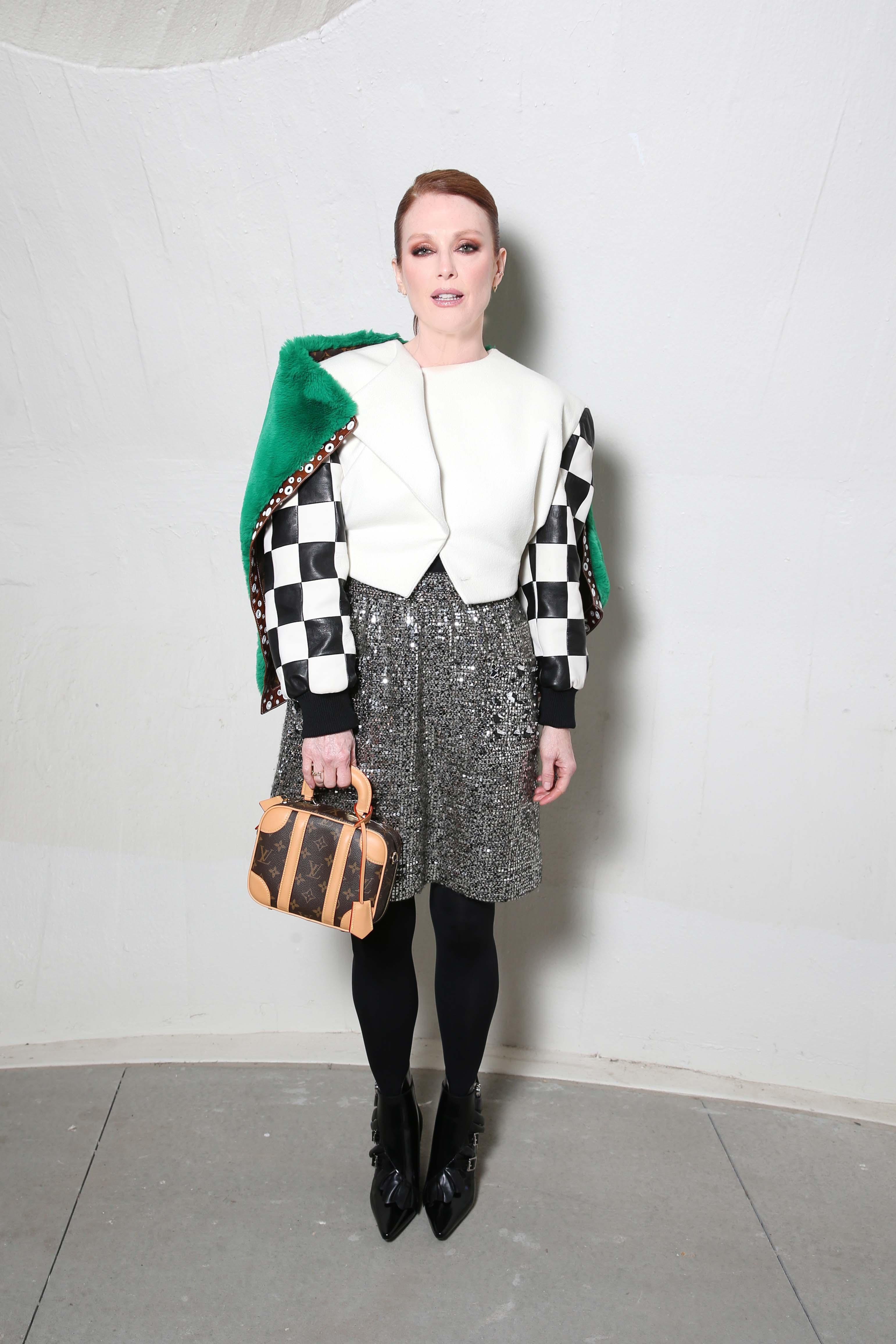 Julianne Moore diện túi mini luggage bag