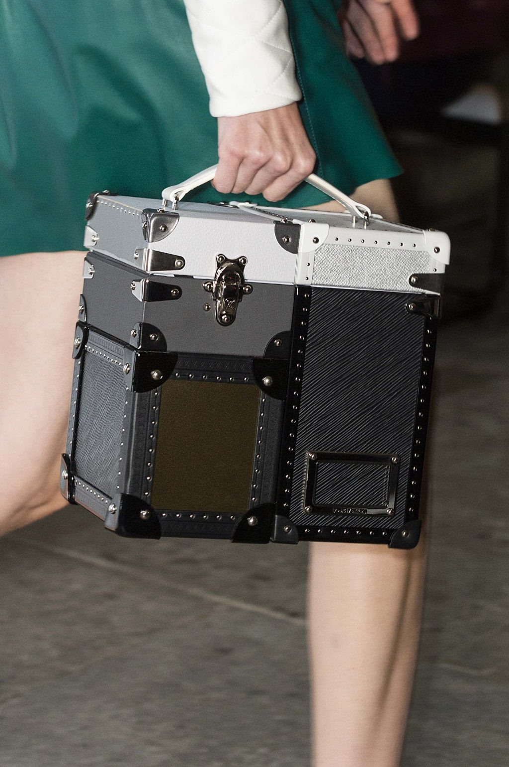 túi Louis Vuitton hình chiếc rương có màn hình