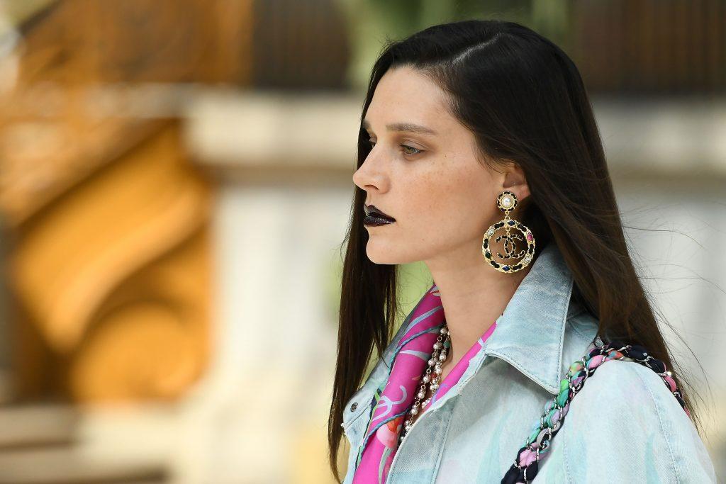 người mẫu trang điểm son môi màu đen trong show diễn của Chanel Cruise 2020