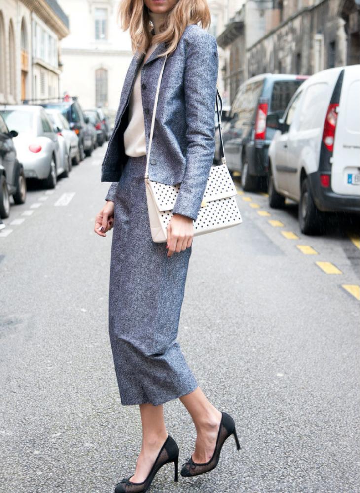 trang phục phỏng vấn chân váy xám áo vest xám túi xách trắng giày cao gót đen