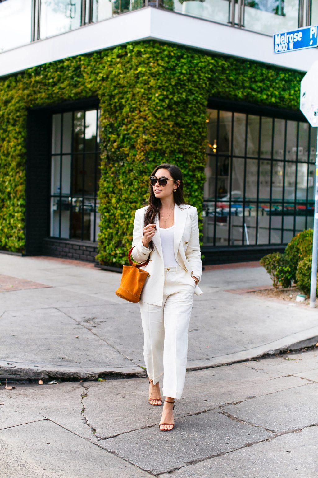 trang phục phỏng vấn suit màu trắng túi xách nâu