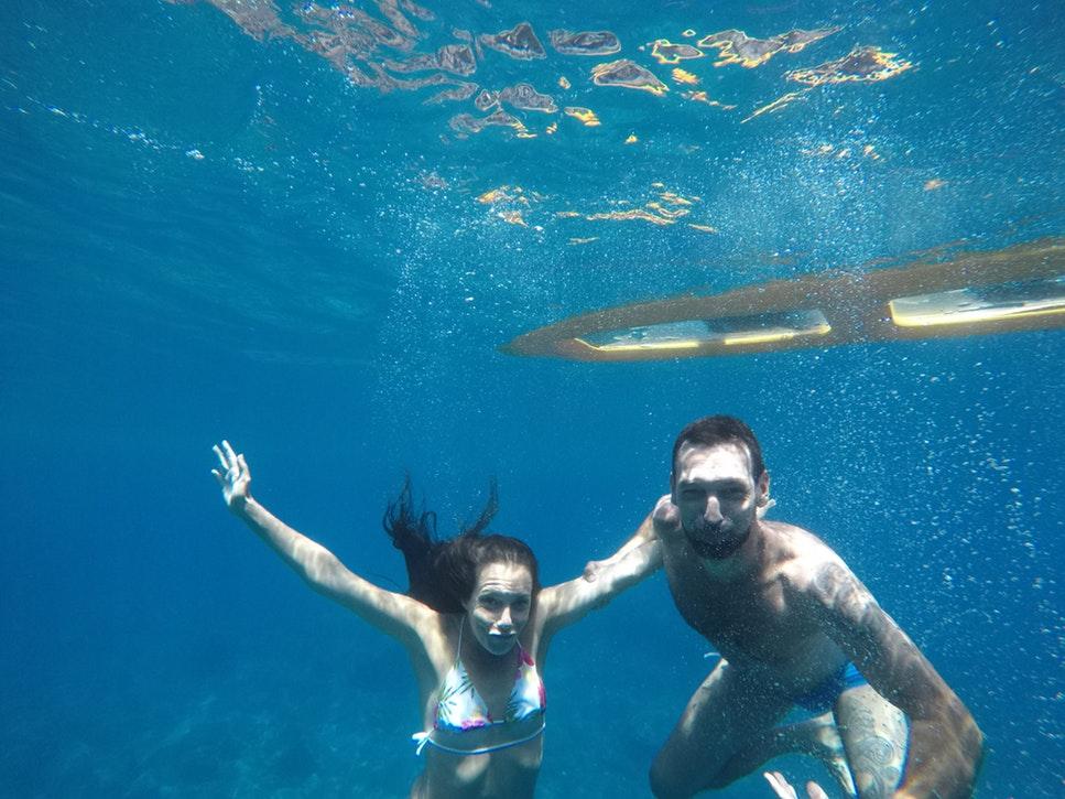 bạn trai bạn gái cùng lặn biển