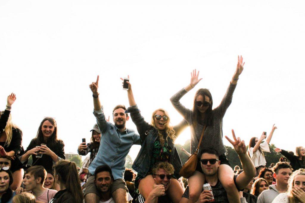 bạn trai cõng bạn gái trên vai tại concert