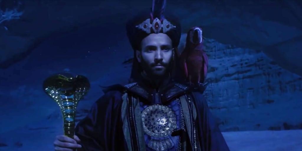 con vẹt Iago trên vai Jafar