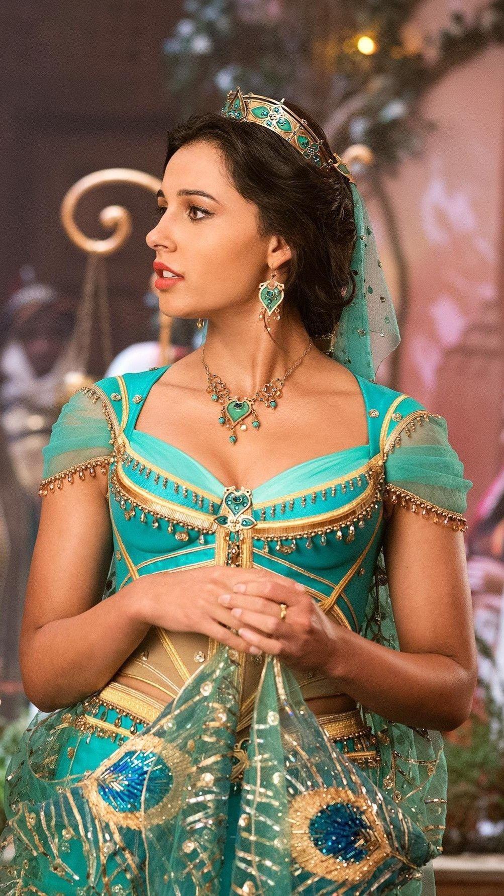 thời trang trong phim aladdin công chúa jasmine mặc đầm màu xanh hoạ tiết chim công