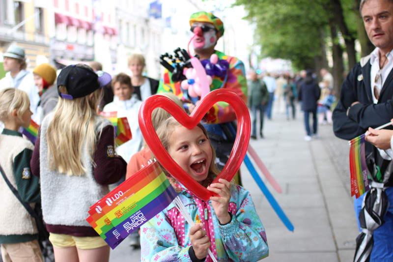 bé gái tham gia diễn hành pride tại oslo