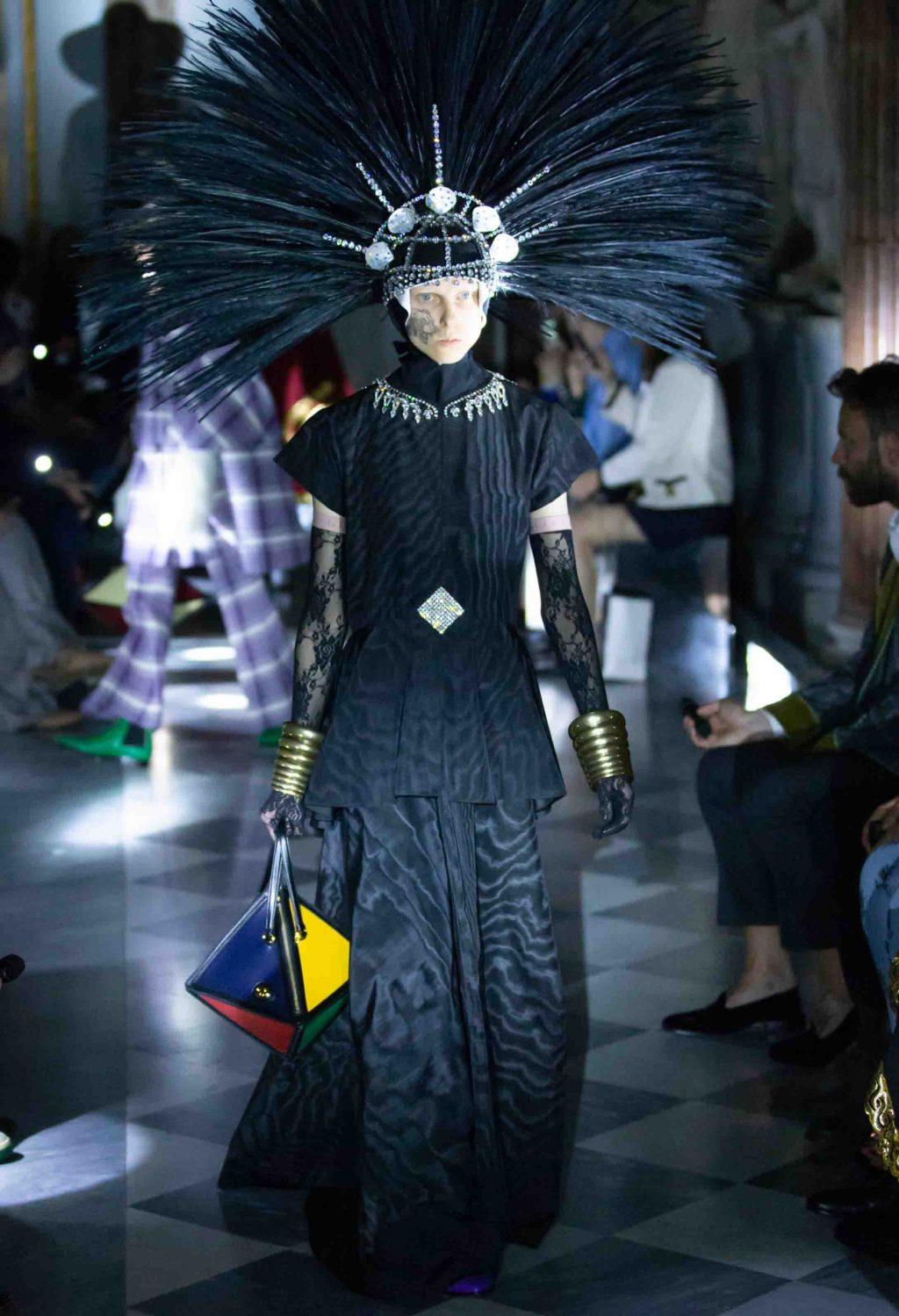 bộ váy màu đen moire mở màn BST Gucci Cruise 2020