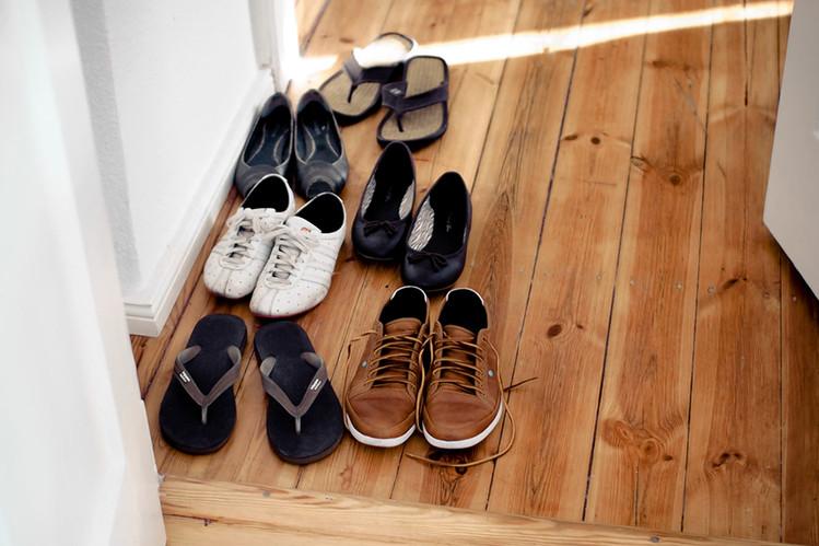 cởi giày trước khi vào nhà