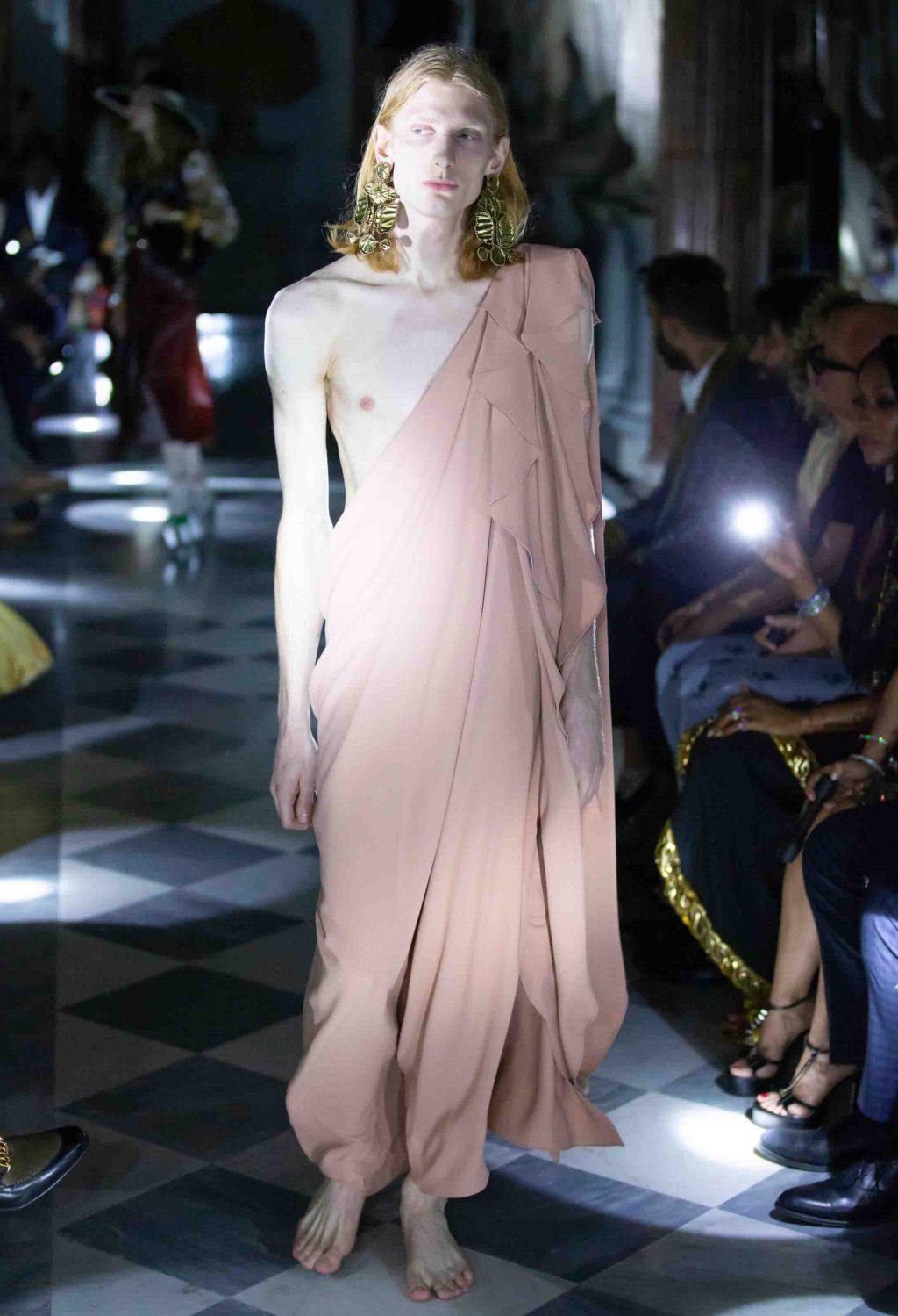 đầm lệch vai màu nude Gucci Cruise 2020