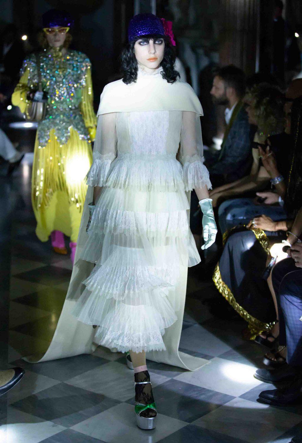 váy lụa trắng xếp tầng Gucci Cruise 2020