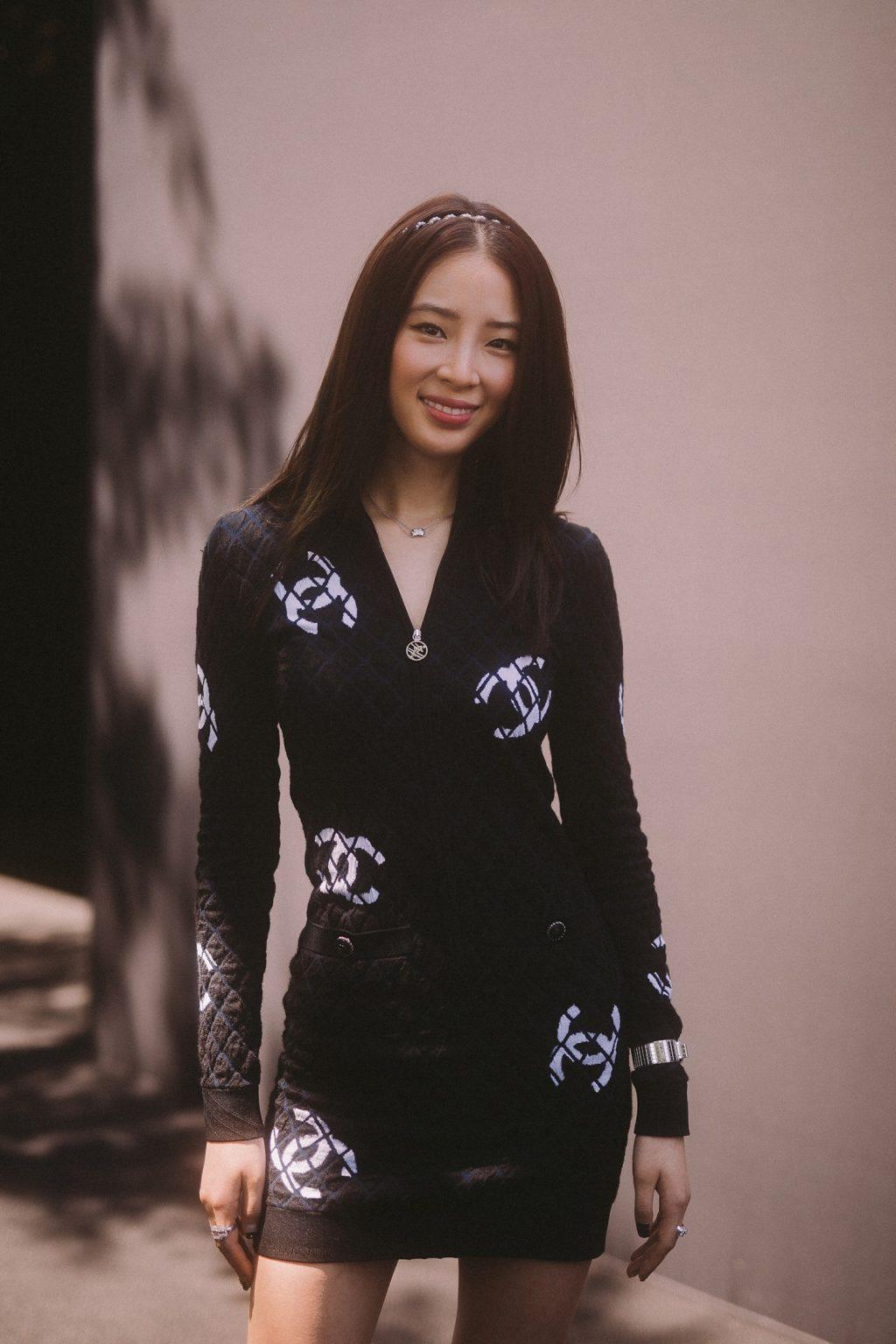 irene kim mặc đầm body đen chanel tại buổi trình diễn bst métiers d'art của chanel