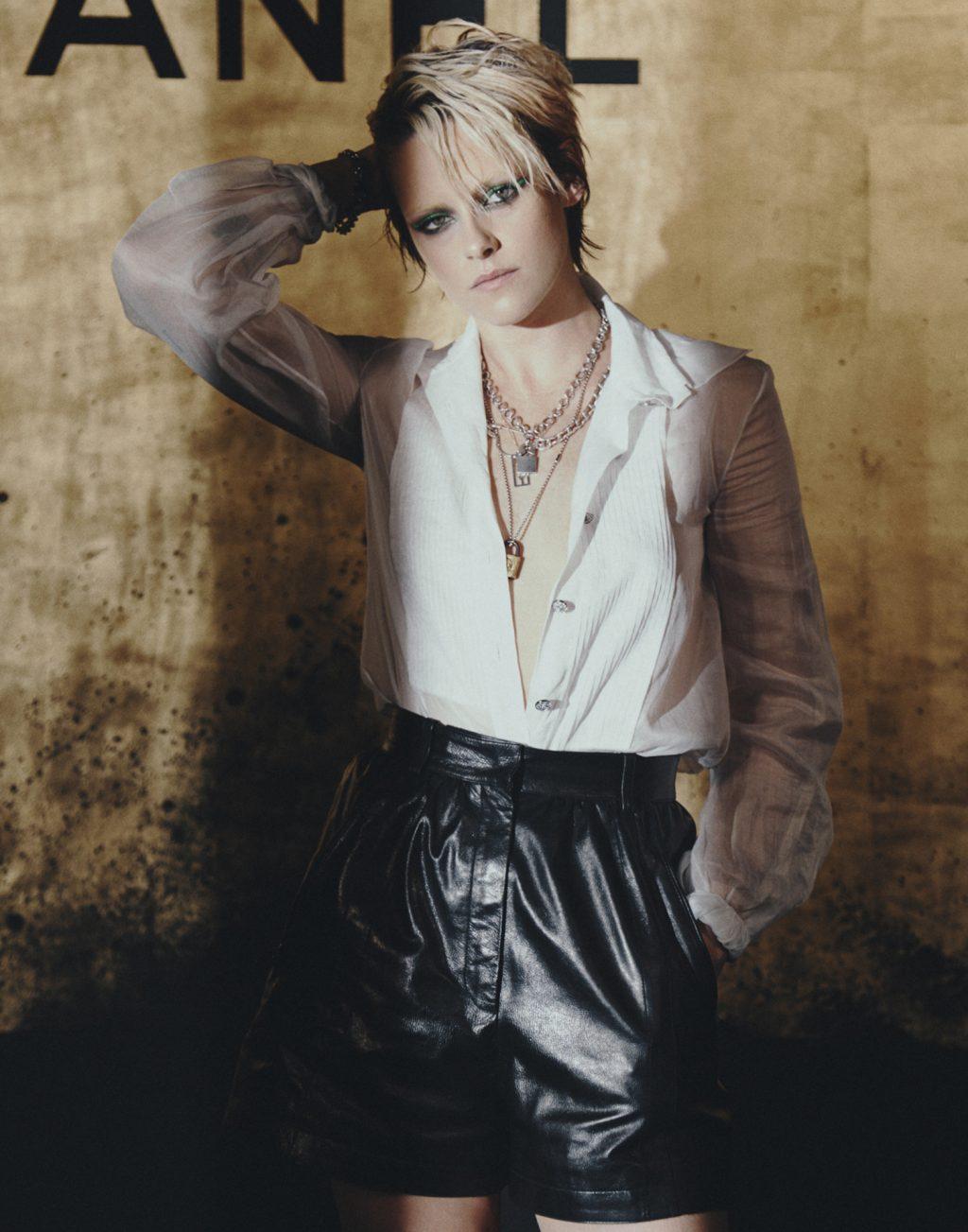 Kristen Stewart mặc áo blouse trắng quần da đen tại buổi trình diễn bst métiers d'art của Chanel