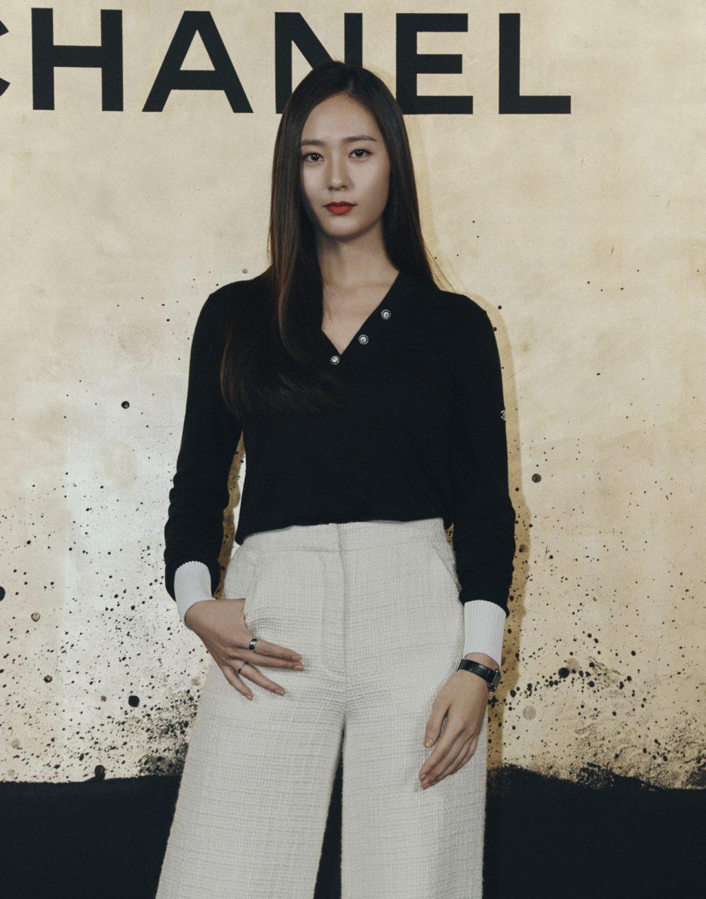 krystal jung mặc áo len tay dài màu đen và quần vải tweed trắng