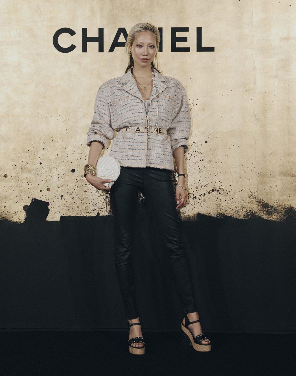 park soo joo mặc áo vest vải tweed màu hồng quần da đen chanel tại métiers d'art show