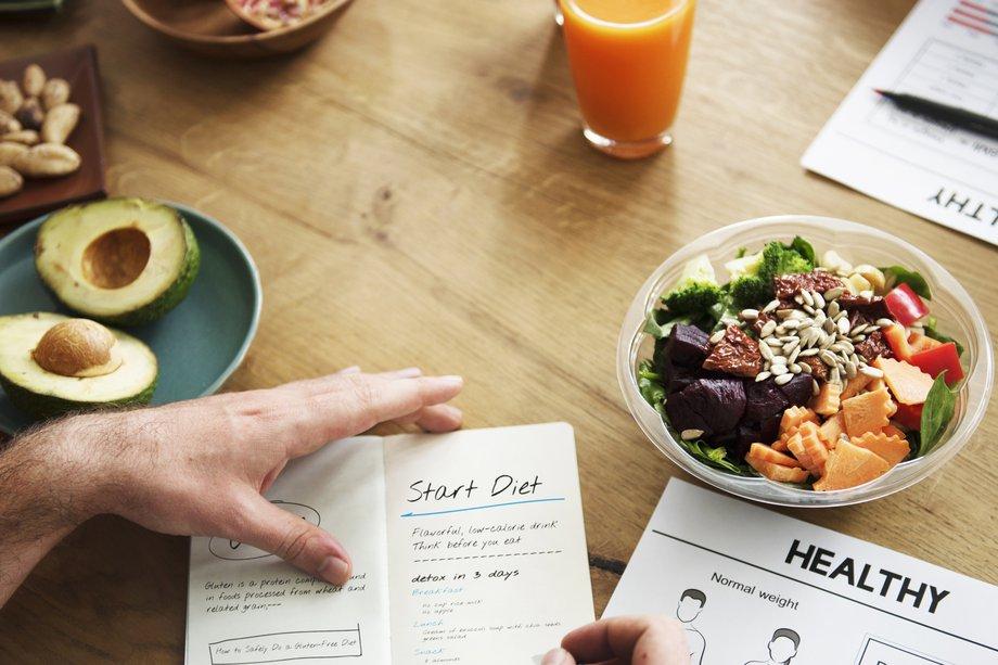 sổ và thực phẩm ăn kiên trên bàn