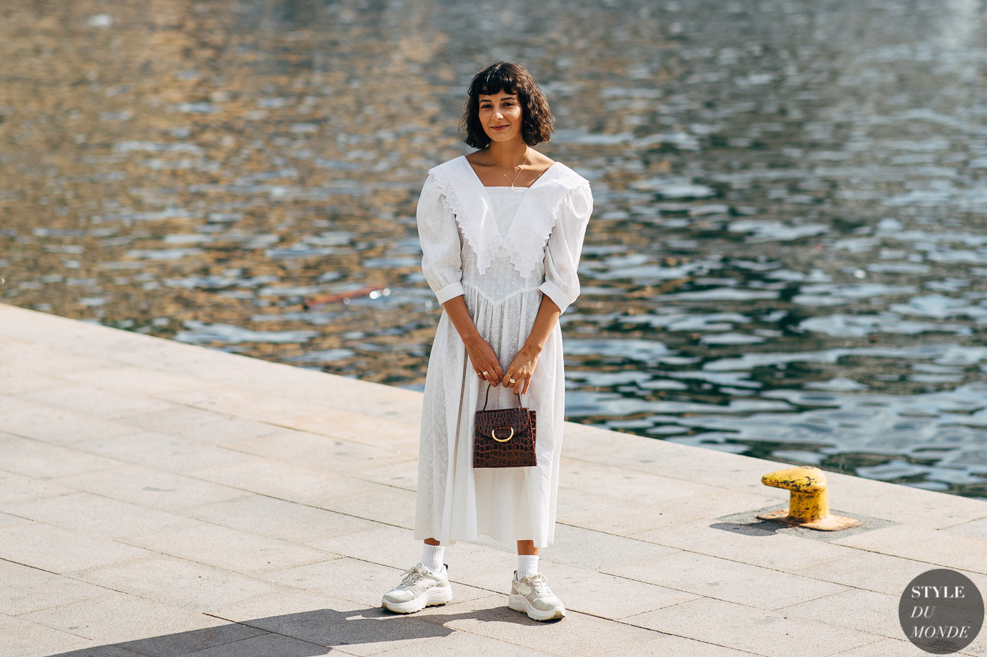tín đồ thời trang Alyssa Coscarelli diện đầm trắng và giày dad sneakers